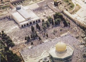 المصلى القبلي الرئيسي وقبة الصخرة الرئيسية وبينما مصلون