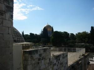 قبة الصخرة من جهة قبة من بين قباب بابي الرحمة والتوبة في السور الشرقي للمسجد الأقصى