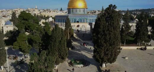 قبة الصخرة من أعلى المصلى القبلي الرئيسي في المسجد الأقصى