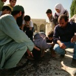 آثار دماء على أرضية ساحات المسجد الأقصى لأحد شهداء المذبحة التي ارتكبها الاحتلال داخل أسوار المسجد عام 1990م