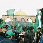 رايات الحركة الإسلامية الخضراء عقب تظاهرة داخل ساحات المسجد الأقصى المبارك لتأكيد إسلاميته