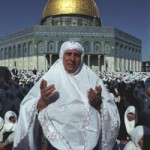 دعاء لإحدى المرابطات أثناء صلاة جمعة بأحد أشهر رمضان في صحن قبة الصخرة في قلب المسجد الأقصى