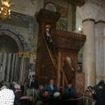 الشيخ عكرمه صبري خطيب المسجد الأقصى يعتلي منبر المسجد الأقصى الرئيسي بعد تجديده وإدخاله عام 2007م