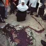 آثار دماء على أرضية ساحات المسجد الأقصى لأحد شهداء مذبحة الأقصى الأولى 1990م أو الثانية 1996م