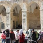 على مصطبة أمام باب المغاربةفي السور الغربي للمسجد الأقصى