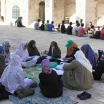 على مصطبة قرب باب المغاربة في السور الغربي للمسجد الأقصى
