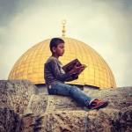على سور على صحن الصخرة في قلب المسجد الأقصى