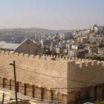 الزاوية الشمالية الغربية من سور المسجد الإبراهيمي