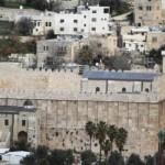 صورة للمسجد الإبراهيمي من الخارج ويظهر فيها الرواق الأعلى فوق المصلى الرئيسي