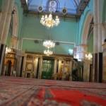 داخل المصلى الرئيسي (القاعة الإسحاقية) في المسجد الإبراهيمي ويبدو فيها دكة المؤذنين في المؤخرة الشمالية للمصلى