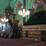 منبر المسجد الإبراهيمي في الخليل وأمامه علامة ترمز إلى قبر إسحاق عليه السلام