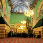 مصلون داخل القاعة الرئيسية في المسجد الإبراهيمي في الخليل في يناير 2014