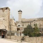 مدخل رئيسي يقود إلى أبواب المسجد الإبراهيمي يوجد في الساحات الغربية للمسجد