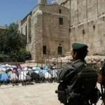 مصلون في الساحات الغربية الملاصقة للسور الغربي للمسجد الإبرهيمي غالبا بعد منعهم من الصلاة داخل المسجد المسور